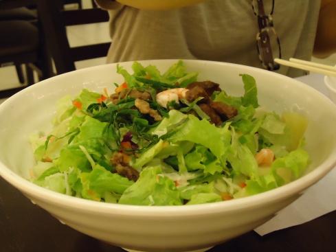 Macarrão tailandês gelado servido com salada, camarões e pedaços de carne por cima!